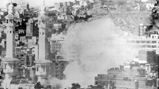 تصاعد الأدخنة من الحرم نتيجة الاشتباكات