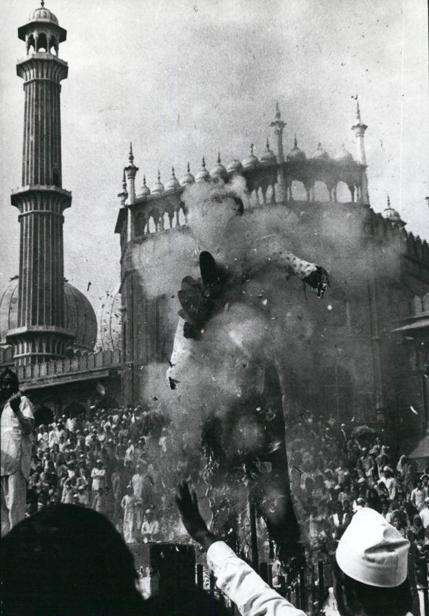 متظاهرون احتشدوا أمام الحرم المكي، منددين باستيلاء جهيمان وأتباعه عليه، وقد أحرقوا دمية